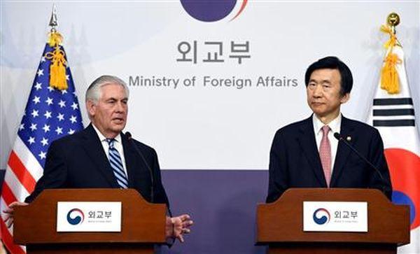 ティラーソン氏(左)と、尹炳世(ユン・ビョンセ)氏は17日、ソウルで米韓外相会談を行った(AP)