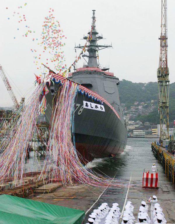 その後方に海上自衛隊のイージス艦「あしがら」と護衛艦「さみだれ」が展開している