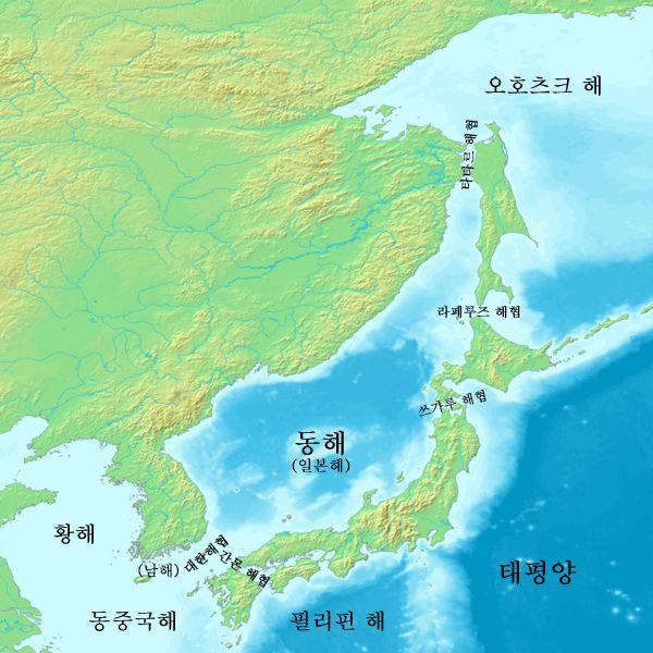 韓国で用いられている同海域の呼称。韓国側の主張に基づき、「동해」(東海)と「일본해」(日本海)が併記されている