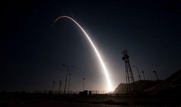 26日未明、カリフォルニア州バンデンバーグ基地から試験発射されたミニットマンIII