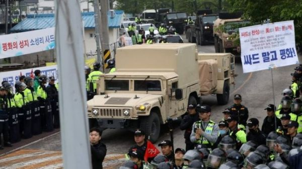 高高度防衛ミサイルの主要装備を、韓国南部・星州郡の配備先に搬入した