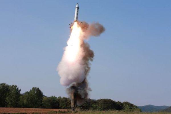 北朝鮮新型の弾道ミサイル発射の実験, 「100点満点で完璧だ !」,  大成功だった !  「偉大なる指導者」のデブ金 ! おめでとうございます ! 金正恩万歳 ! 万歳 ! 万 万歳 !