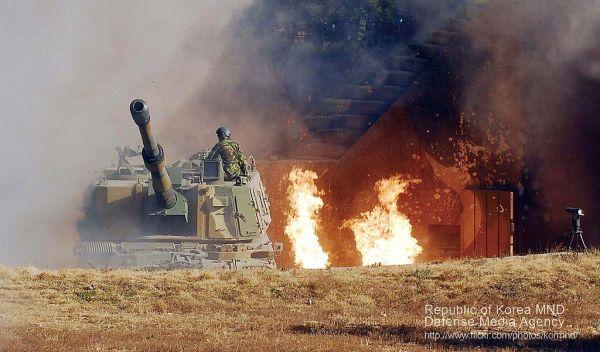 突然の砲撃に急いで反撃の準備をする韓国海兵隊の延坪部隊のK-9自走砲
