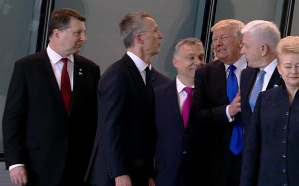 ブリュッセルの北大西洋条約機構(NATO)本部で、モンテネグロのマルコビッチ首相(右から2人目)を押しのけたトランプ米大統領(同3人目)=25日(AP)