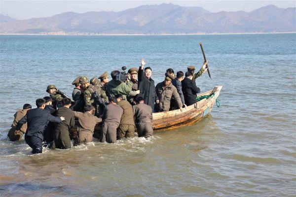 船に乗り、離島を目指すの金豚