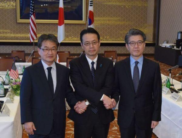 左から米国務省のジョセフ・ユン北朝鮮政策特別代表、外務省の金杉憲治・アジア大洋州局長、韓国外交省のキム・ホンギュン朝鮮半島平和交渉本部長