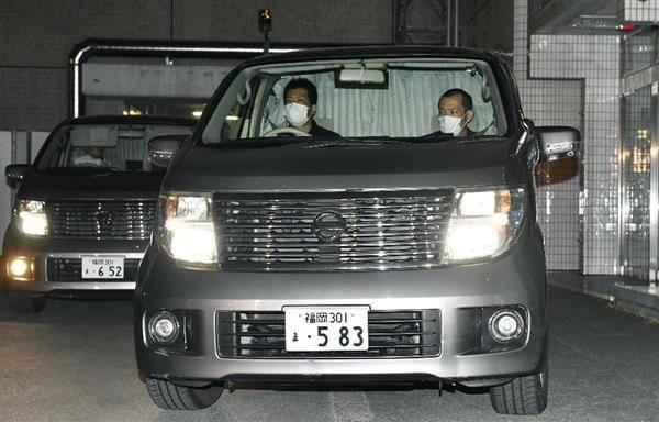 福岡市の金塊窃盗事件で、野口和樹容疑者を乗せ福岡空港署を出る警察車両=22日午後9時23分