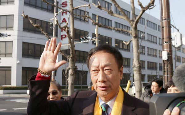 シャープ本社を訪れた鴻海の郭董事長。首に巻いた黄金色のスカーフは必勝のお守りという