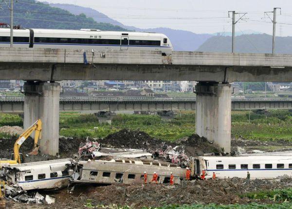 2011年中国, 温州市鉄道の衝突脱線事故...死者40人 !