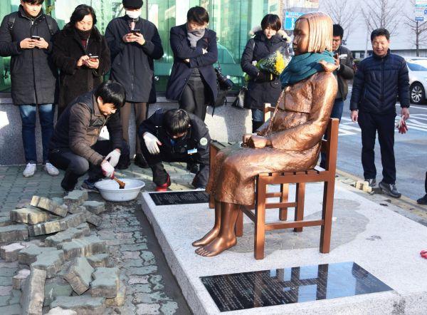 釜山の日本総領事館前に設置されたの馬鹿慰安婦