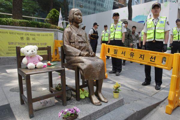 ソウルの日本大使館前やの馬鹿慰安婦像