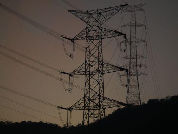 高圧送電線の鉄塔, そこに鉄塔が何本も立ち並んでいる
