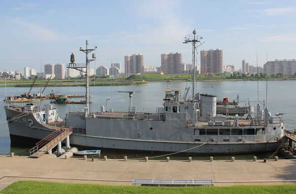 北朝鮮、朝鮮民主主義人民共和国の首都平壌に係留されているプエブロ号(2009年)。現在プエブロ号は反米プロパガンダのための観光資源となっている