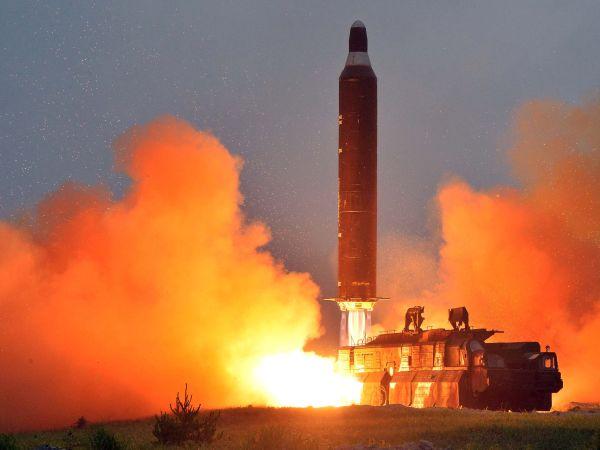北朝鮮の労働新聞が5月30日掲載した、精密誘導システムを導入した弾道ミサイルの発射実験の写真(共同)