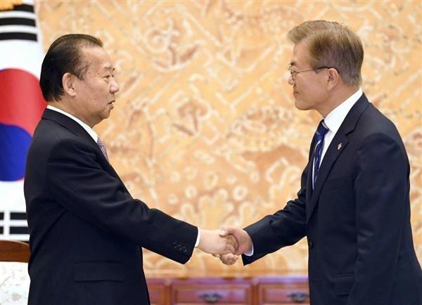 二階氏(左)と文氏の会談は、友好とはほど遠い内容だった(共同)