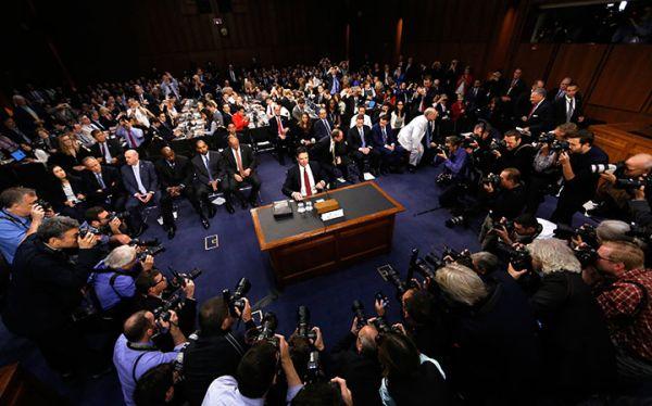 6月8日に米上院の公聴会で証言するコミーFBI前長官(中央) Jim Bourg-REUTERS