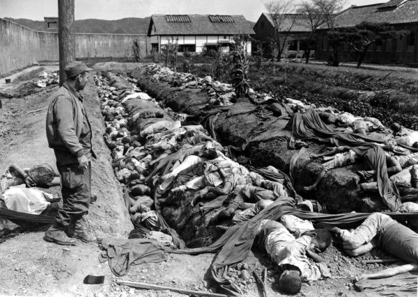 民間人を含めた大量の死者が出る
