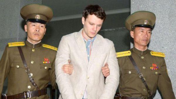 米国人学生のオットー・ワームビア受刑者(写真中央)は2016年1月に逮捕された