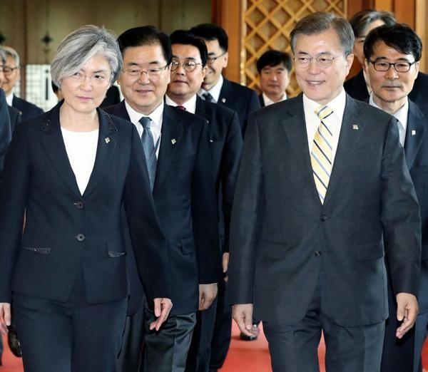外相に康氏(手前左)を強行任命した文氏(同右)。笑顔はいつまで続くのか=18日、ソウル(聯合=共同)
