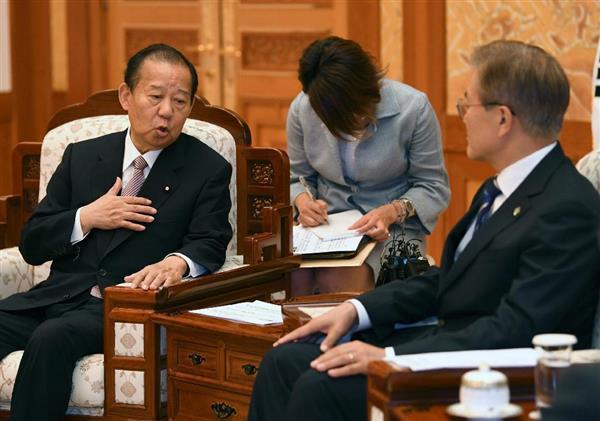 韓国の文在寅大統領と会談する二階俊博・自民党幹事長(左)=12日、ソウルの大統領府(代表撮影)