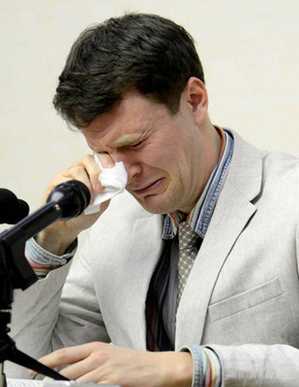 現在ワームビアさんも死んちゃった....さようなら ! ゆっくり眠ってください.....(。-_-。) ! 北朝鮮・平壌で、涙ながらに記者会見する米大学生のオットー・ワームビア氏。国営朝鮮中央通信(KCNA)提供(2016年2月29日撮影、3月1日配信)。(c)AFPKCNA via KNS