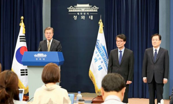 21日、外相候補らの人事を発表する韓国の文在寅大統領(左、ソウル)=聯合・共同