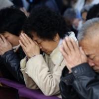 黙祷....『哀悼の意を示します。勇敢な姿を忘れません....』