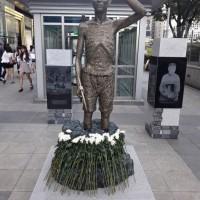 """現在….もう ひとつ新たな追加の方法....""""強制労働""""の賠償金を求める = 追加の国民所得 ! アララ !!! 北朝鮮と同じ乞食ようなの性格….. ! 世界経済の強い国そのひとつの「大韓民国」….恥ずかしや !!!!!! 右手につるはしを持つ労働者を象徴する像"""