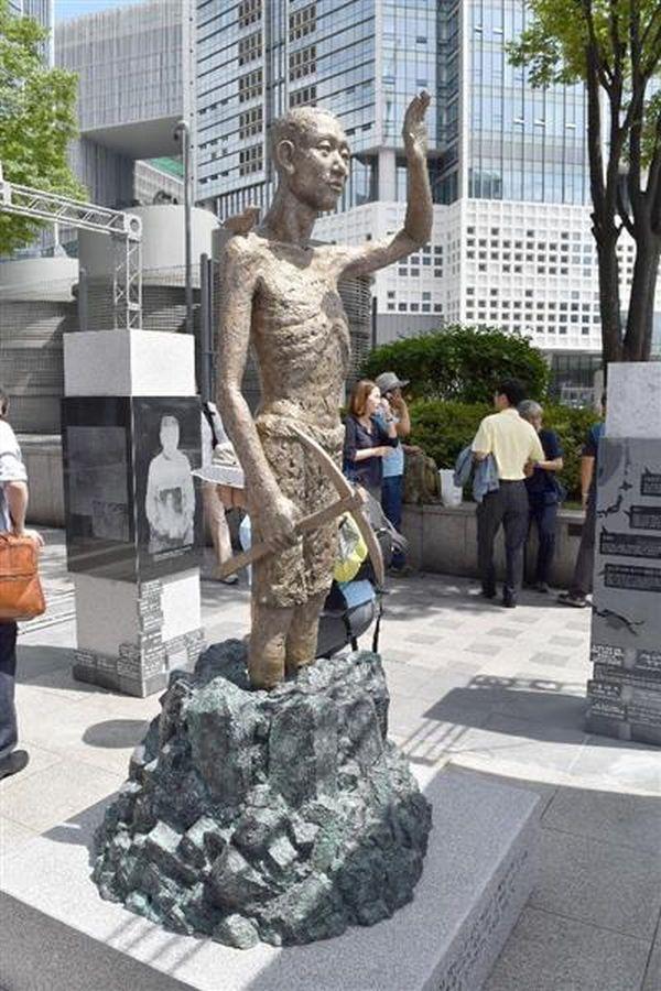 12日、ソウルの竜山駅前に設置された労働者像(共同)