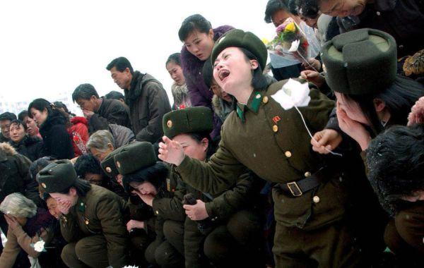 来月のある日....「偉大なる指導者」の葬儀に出席想定される北朝鮮市民....絶好調 !!!!