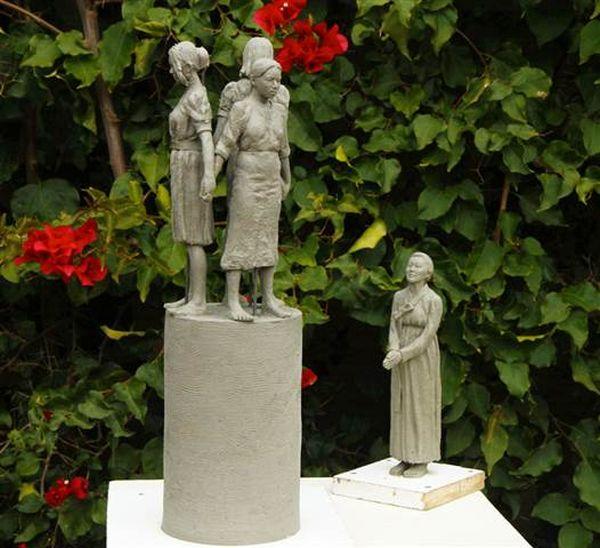 韓国、中国、フィリピンの3人の少女と年老いた女性の慰安婦像