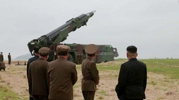 北朝鮮のロケット科学者 : 『殿っ ! この中距離弾道ミサイル...どこの国にプレゼントされているのですか ?』 「偉大なる指導者」 :『中国に送ります !』