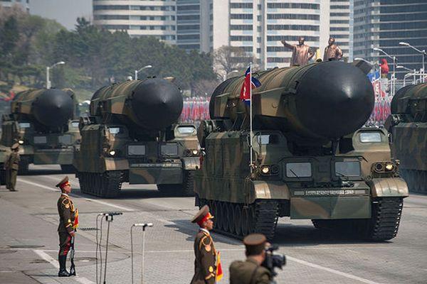 偉大なる指導者 : 『これ全部....日本, アメリカ, 韓国に届く..まだ残っている場合, マレーシアに !』
