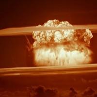 太平洋上での水爆実験....拍手 ! 拍手 !