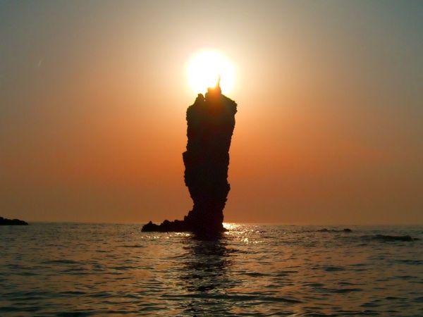 島根県隠岐の島町 ローソク島.....隠岐の島町は、島根県隠岐郡の町。約180の群島からなる島根・隠岐諸島の一つ。隠岐諸島の島後及び竹島全域を占める。