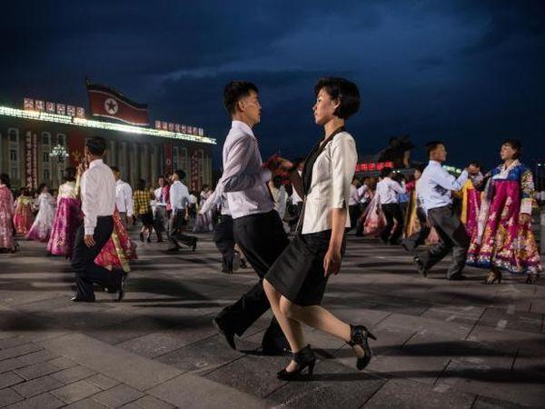 今朝, 木材のように笑顔もない人間ロボットの北朝鮮市民は広場や通りで踊っていた...! (*´◡`*) !