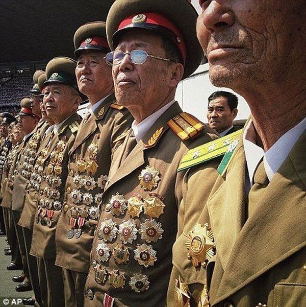 これが北朝鮮上官馬鹿みたいの軍服, 下着でさえ金属もそれに固定されている...ワハハハ !