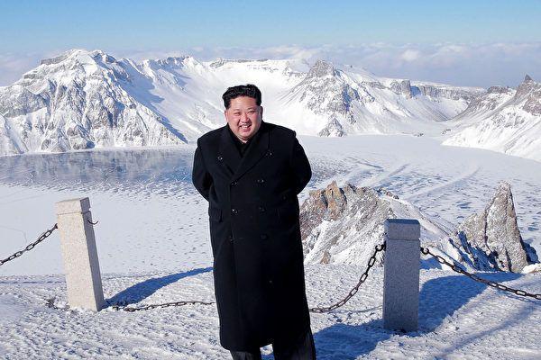 北朝鮮北部の白頭山に登った金正恩朝鮮労働党委員長。日時は不明。朝鮮中央通信が9日報じた(朝鮮通信=時事)