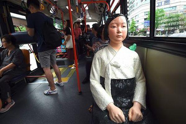 8月14日の韓国 =「慰安婦の日」 8月14日から一時的に運行された、慰安婦を象徴する少女像を設置した韓国の路線バス