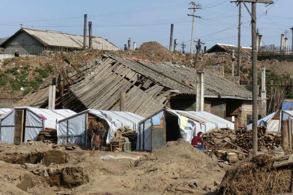 洪水後咸鏡北道....北朝鮮で, 平壌以外, 貧しいの「集落」がいたるところまで見つける
