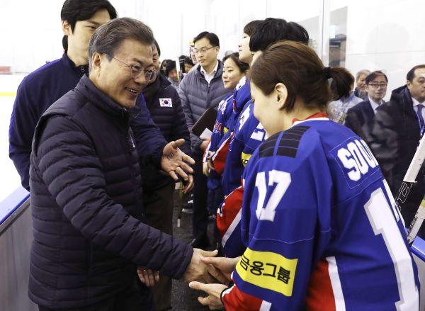 文在寅大統領 :『北朝鮮は35人を派遣か, いいね !....じゃ,「南北合同チーム」は....えと....北朝鮮選手35人, 韓国選手一人...問題は解決した ! 』