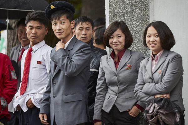 北朝鮮中等学校の学生ら