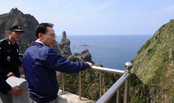 被告人の李明博, 日本領土「竹島」でのため息….『 こんな小っちゃい島に足を踏み入れると……閉じ込められた刑務所に足を踏み入れるような感じね !』