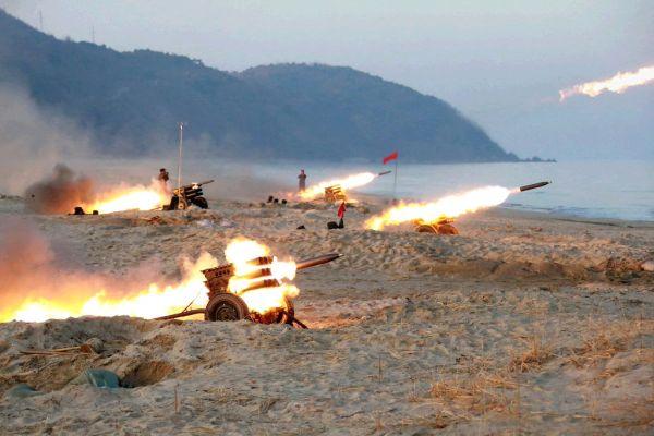 「偉大なる指導者」 : 『これらも...対韓国作戦用の砲撃戦で....役に立ちますね !』