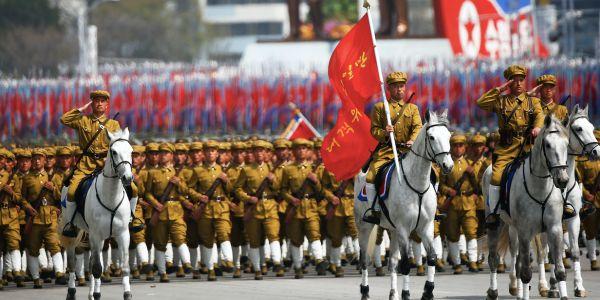 一方.....そっち.....軍事パレードを強行