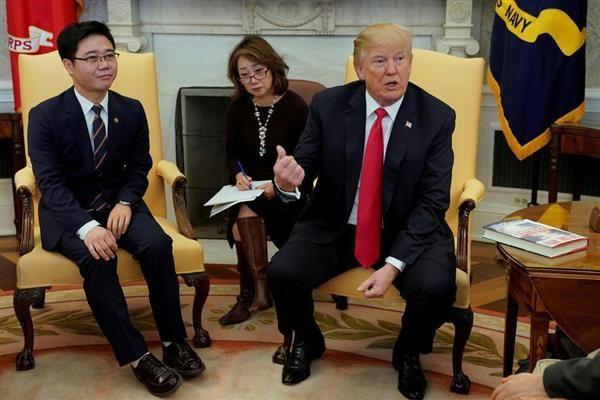 2日、ワシントンの米大統領執務室で脱北者、チ・ソンホ氏(左)らと面会するトランプ大統領(ロイター)