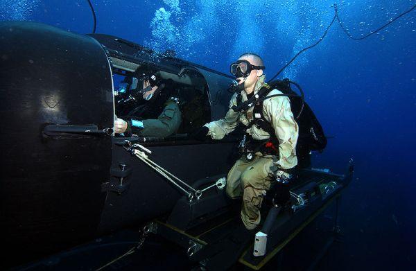 強襲揚陸艦には多数の海兵隊員が乗っており, その船員は戦闘のエリート揃いです. 隊員は, 真夜中に水中バイクで上陸したり. 隊員は、ムボートで上陸, 大規模な上陸作戦の前に敵地に潜り込み、重要拠点を破壊します