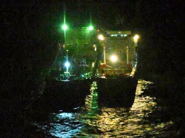接舷して照明を点灯している北朝鮮船籍タンカー「Chon Ma San号」とモルディブ船籍タンカー「Xin Yuan 18号」(2月24日22時30分頃撮影)(出典・防衛省)