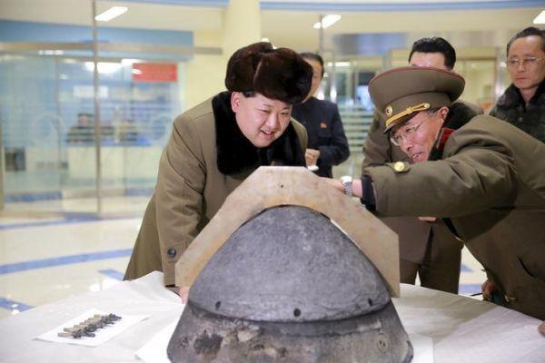 時間稼ぎの「偉大なる指導者」: 「アメリカ本土にいつ発送可能のか !」 核科学者ら :『もう少し...数ヶ月必要です ! 』 「偉大なる指導者」: 『早くにしろうっ ! 馬鹿野郎 !』