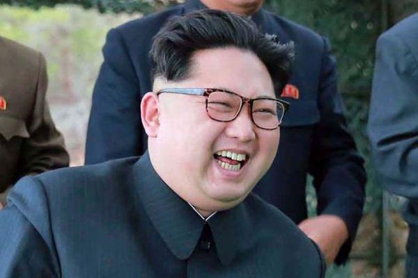 満面の笑顔での「偉大なる指導者」